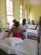 Las enfermeras enseñan técnicas para amamantar a una futura madre. Foto: L. Mitjans