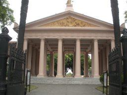 Majestuosa entrada al Cementerio de La Chacarita