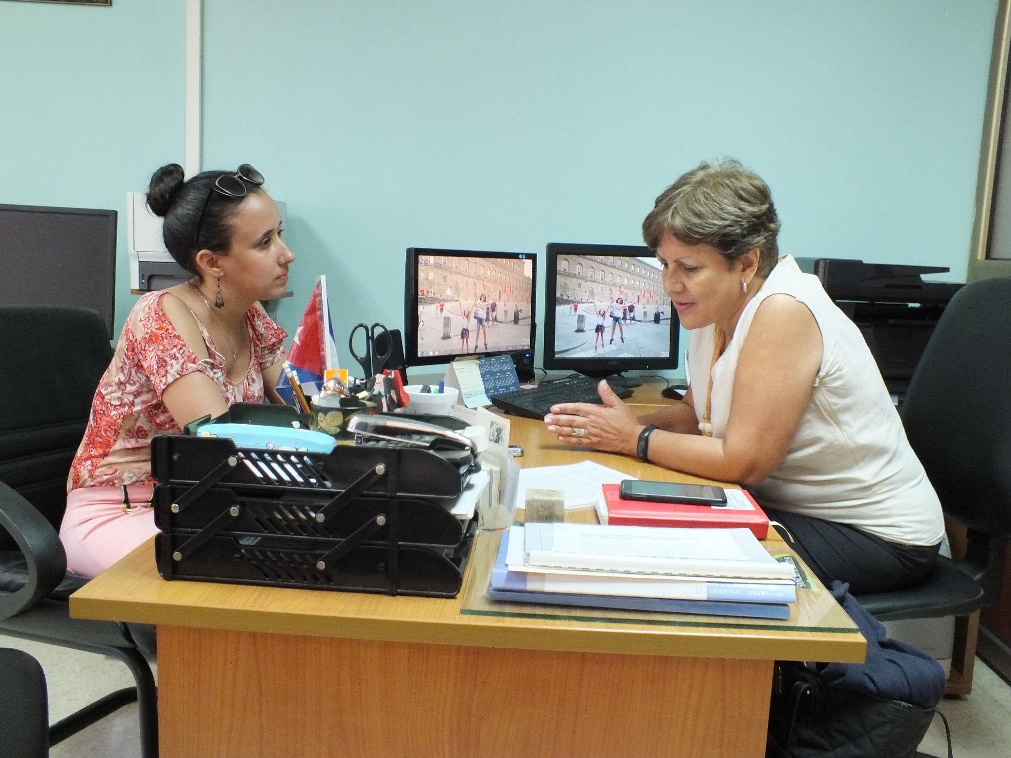 Marina Capó ofrece declaraciones a Radio Reloj sobre el Registro Electoral, en el contexto de las elecciones generales en Cuba. Foto: Ramón Rodríguez. Radio Reloj