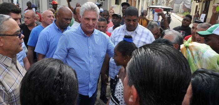 Presidente cubano junto al pueblo defendiendo la Revolución