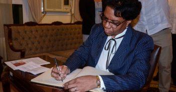 They sign in cuba book of condolences for Marcelino dos Santos´s Death